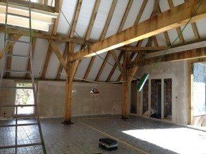 In de prachtige dik eiken gebinten is bijvoorbeeld weer met houtverbindingen gewerkt en de gebinten-structuur van het gebouw is mooi zichtbaar.